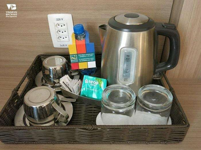 Cafeteira e biscoitos no Quality Hotel Pampulha