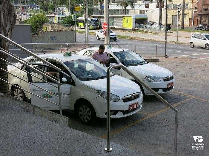 Ponte de táxi na porta do hotel