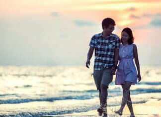 Casal passeando na praia