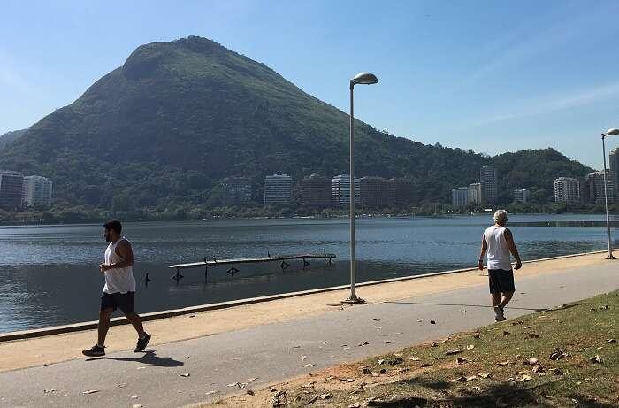 Pessoas caminhando na orla da Lagoa