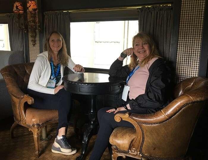 Blog Viagens Bacanas e Olívia Garimpando por Aí conhecendo um vagão de trem na Rodoferroviária de Curitiba