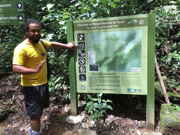 Explicações do guia antes de subir a trilha da Pedra Bonita