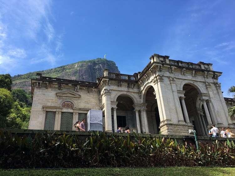 Palacete do Parque Lage com o Cristo Redentor ao fundo - Viagens Bacanas