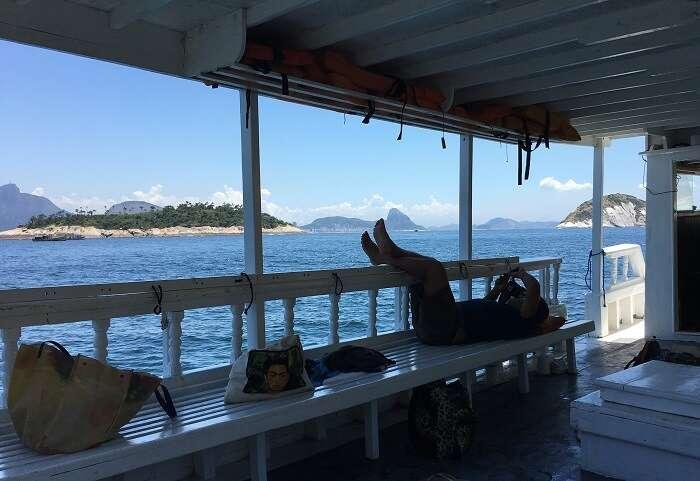 Deitada no barco