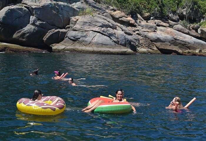Boias e flutuadores nas Ilhas Cagarras - Viagens Bacanas