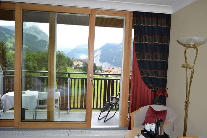 Vista de dentro do quarto do Beausite Park Hotel em Wengen