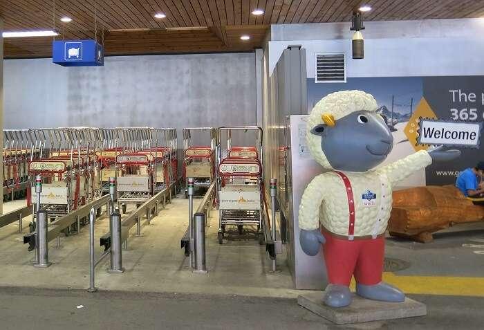 Carrinhos para carregar as malas na estação de trem de Zermatt - Viagens Bacanas