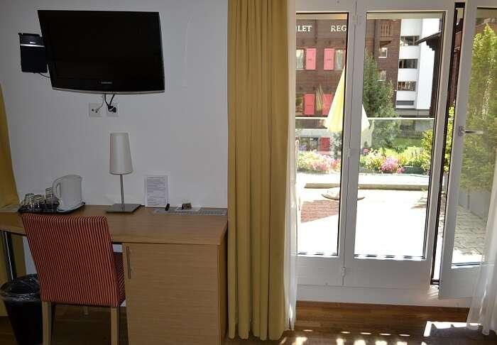 Mesa com cafeteira e frigobar no quarto do Hotel Bristol em Zematt - Viagens Bacanas