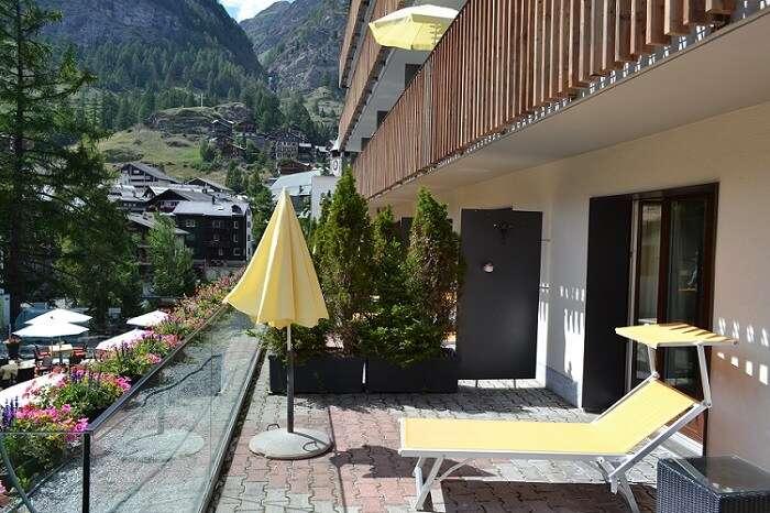 Terraço com espreguiçadeiras no quuarto 108 do Hotel Bristol em Zermatt  - Viagens Bacanas