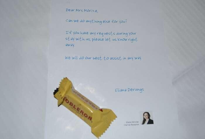 Cartinha com chocolate no travesseiro no quarto do Hotel ABC Chur - Viagens Bacanas