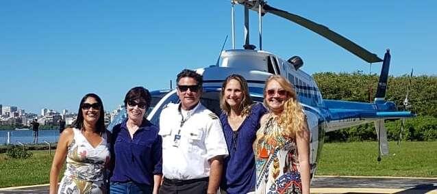 Blogueiras de viagem no vôo de helicóptero no Rio de Janeiro