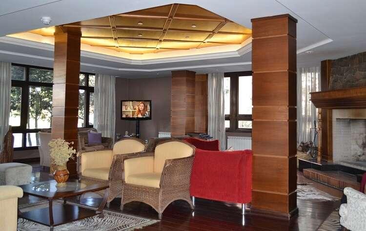Sala com lareira no Hotel Serra Nevada em Canela