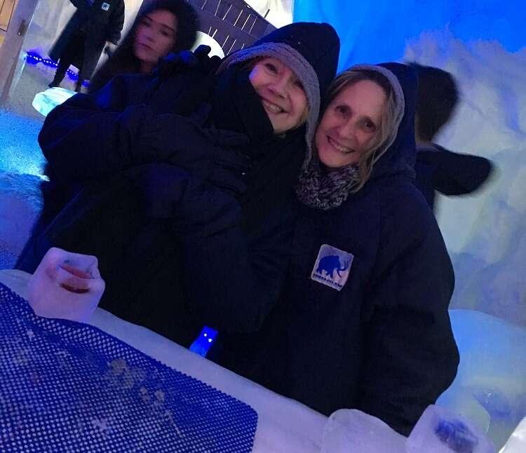 Blogueiras de viagem no  Ice Bar Mundo Gelado